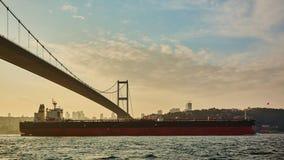 土耳其,伊斯坦布尔, Bosphorus海峡, Bosphorus桥梁,一只货船在桥梁下 图库摄影