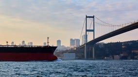 土耳其,伊斯坦布尔, Bosphorus海峡, Bosphorus桥梁,一只货船在桥梁下 免版税图库摄影
