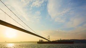 土耳其,伊斯坦布尔, Bosphorus海峡, Bosphorus桥梁,一只货船在桥梁下 库存图片