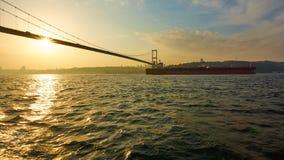 土耳其,伊斯坦布尔, Bosphorus海峡, Bosphorus桥梁,一只货船在桥梁下 库存照片