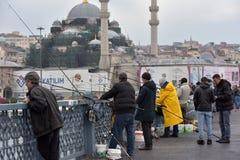 土耳其,伊斯坦布尔, Ghatat桥梁的14,03,2018位渔夫横跨Bosphorus 免版税图库摄影