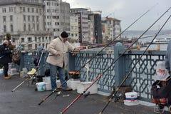 土耳其,伊斯坦布尔, Ghatat桥梁的14,03,2018位渔夫横跨Bosphorus 库存照片