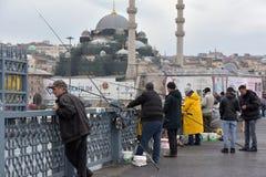 土耳其,伊斯坦布尔, Ghatat的14,03,2018位渔夫跨接acro 免版税图库摄影