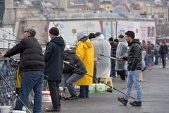 土耳其,伊斯坦布尔, Ghatat的14,03,2018位渔夫跨接acro 免版税库存图片