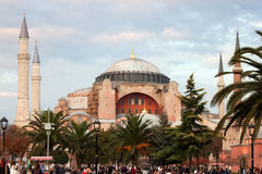 土耳其,伊斯坦布尔- 2013年11月06日:圣索非亚大教堂的秋天视图在Sultanahmet广场的在伊斯坦布尔 免版税库存图片
