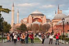 土耳其,伊斯坦布尔- 2013年11月06日:圣索非亚大教堂的秋天视图在Sultanahmet广场的在伊斯坦布尔 图库摄影