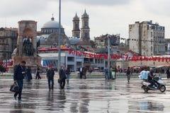 土耳其,伊斯坦布尔- 2013年11月06日:著名Taksim广场秋天视图在雨以后的在伊斯坦布尔 免版税图库摄影