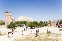 土耳其,卡帕多细亚 修士(Pashabag)的谷的游人 图库摄影