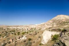 土耳其,卡帕多细亚 在Cavusin附近的山风景与石露出(风化岗位) 免版税图库摄影