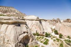 土耳其,卡帕多细亚 风化美丽如画的柱子的顶视图在修士(谷Pashabag)的谷的 库存照片