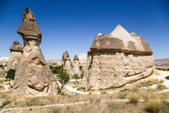 土耳其,卡帕多细亚 风化风景柱子在谷Pashabag (修士的谷的) 免版税库存照片