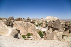 土耳其,卡帕多细亚 Cappadocia,土耳其 美丽如画的蘑菇-风化柱子的顶视图在修士的谷的 免版税库存图片