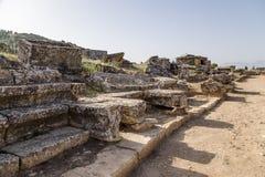 土耳其,希拉波利斯(棉花堡) 古老大墓地的看法 库存图片