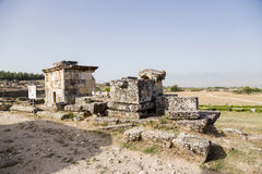 土耳其,棉花堡 希拉波利斯大墓地坟墓废墟的看法  免版税库存图片