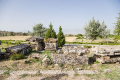 土耳其,棉花堡 石棺在希拉波利斯大墓地的考古学区域  图库摄影
