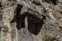 土耳其,费特希耶,在岩石的Lycian坟茔在城市上 库存图片