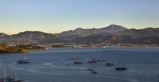 土耳其,费特希耶,海湾的看法与游艇和山的 库存照片