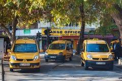 土耳其,阿拉尼亚- 2013年11月10日:停车处城市黄色出租汽车在阿拉尼亚 库存照片
