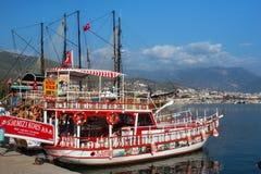 土耳其,阿拉尼亚- 2013年11月10日:等待巡航的小木船在地中海在阿拉尼亚附近海岸  免版税库存图片