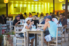 土耳其, Okurcalar - 2016年8月30日:人们用餐在室外c 免版税图库摄影