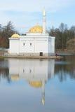 土耳其浴,凯瑟琳公园的伟大的池塘的亭子, 4月天 Tsarskoye Selo 库存照片