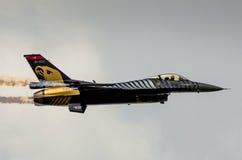 土耳其F-16猎鹰- Soloturk显示队 免版税库存图片