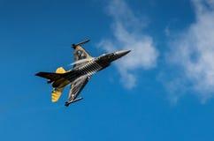 土耳其F-16猎鹰- Soloturk显示队 图库摄影
