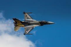 土耳其F-16猎鹰- Soloturk显示队 免版税库存照片