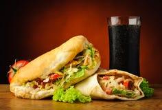 土耳其kebab、shawarma和可乐饮料 库存图片