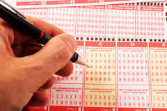土耳其loteery优惠券手和铅笔 库存照片