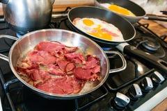 土耳其pastirma -在煎锅的烟肉在家 免版税库存图片