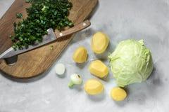 土豆和圆白菜在灰色背景与菜 库存照片