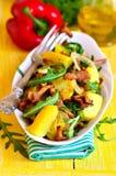 从土豆和蘑菇的温暖的沙拉与芝麻菜 图库摄影