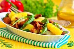 从土豆和蘑菇的温暖的沙拉与芝麻菜 库存图片