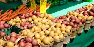 土豆在农夫市场上 免版税库存图片