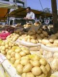 土豆在市场上 免版税库存照片