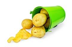 土豆在有芯片的一个绿色桶染黄 免版税库存照片