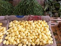 土豆在菜市场上 库存照片
