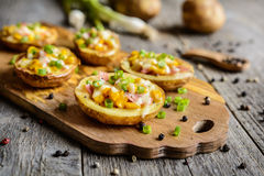 土豆小船用玉米、火腿、乳酪和葱填装了 图库摄影