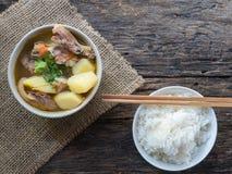 土豆汤用在木头的猪肉 图库摄影