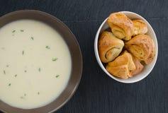 土豆汤用大蒜小圆面包 库存照片