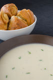 土豆汤用大蒜小圆面包 库存图片