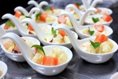土豆沙拉和螃蟹 库存图片