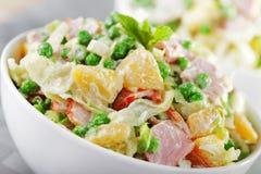 土豆沙拉用豌豆和火腿 库存照片