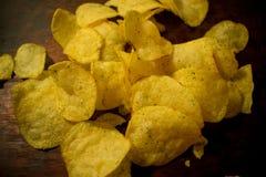 土豆油煎的金黄芯片在烤板说谎 库存照片