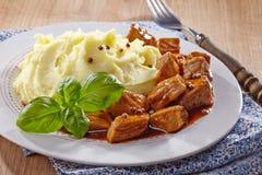 土豆泥和肉炖煮的食物 免版税库存照片