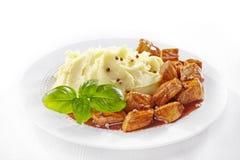 土豆泥和肉炖煮的食物 免版税图库摄影