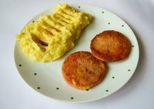 土豆泥和面包油煎的香肠白色背景 免版税图库摄影