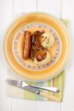 土豆泥用小汤和香肠在板材 免版税库存图片