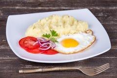 土豆泥用煎蛋和蕃茄 库存图片